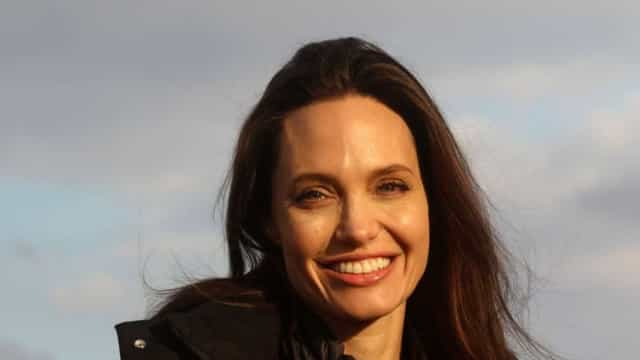 Angelina Jolie deslumbrante em evento na companhia das filhas