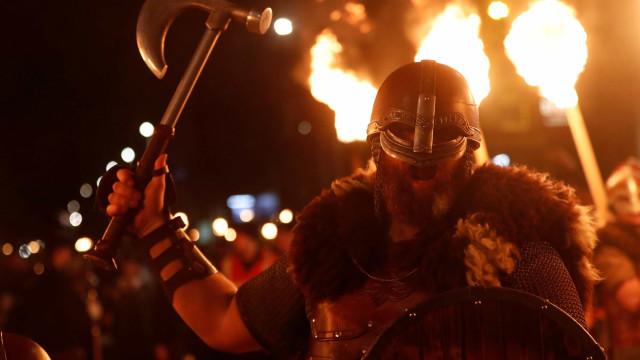 Escoceses vestidos de vikings empunharam tochas e desfilaram pelas ruas