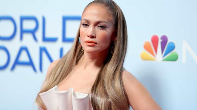 Aos 49 anos, Jennifer Lopez exibe 'pernas matadoras' em evento