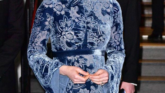 Grávida, Kate Middleton espalha elegância em vestido azul de veludo