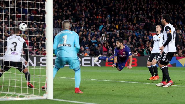 Barça 'voa' nas asas de Suárez e está com um pé na final da Taça