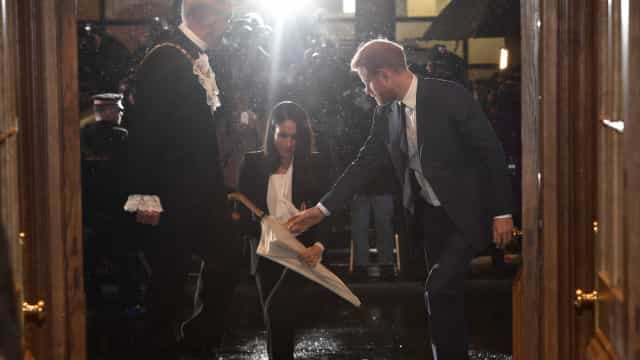 Meghan Markle surpreende na escolha do look para gala formal