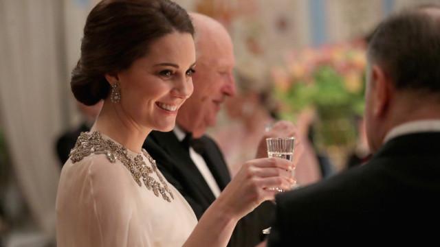 Na Noruega, Kate Middleton deslumbra com criação de Alexander McQueen