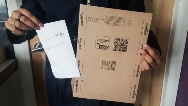 Jovem recebe encomenda da Amazon com pedido de ajuda