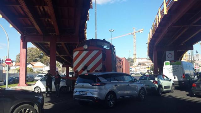 Colisão entre ligeiro e comboio condiciona trânsito na Av. 24 de Julho