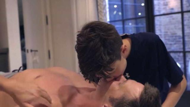 Tom Brady criticado por beijar o filho na boca de forma demorada