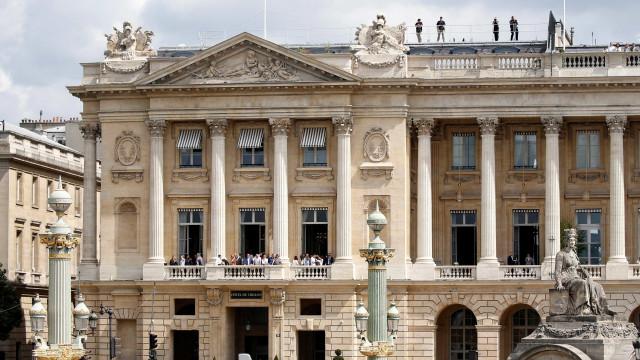 Português realiza sonho como mordomo no hotel de luxo em Paris