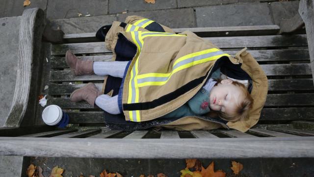 """Creche coloca bebés a dormir na rua ao frio porque """"é mais saudável"""""""