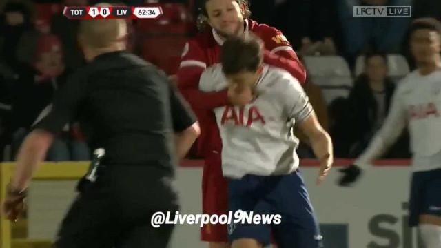 Lallana perde a cabeça e agarra jovem do Tottenham pelo pescoço