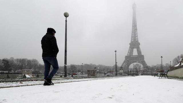 Torre Eiffel encerrada devido à neve que cai em Paris