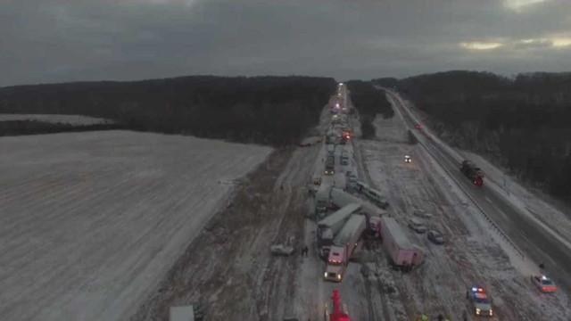 Drone capta imagens de acidente com 100 veículos em autoestrada nos EUA