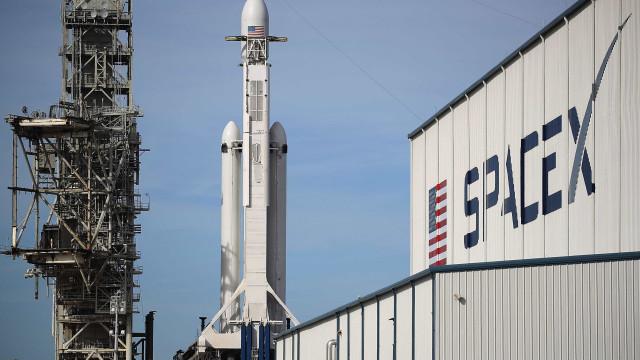 Foguetão Falcon Heavy descolou para viagem de teste com carro a bordo