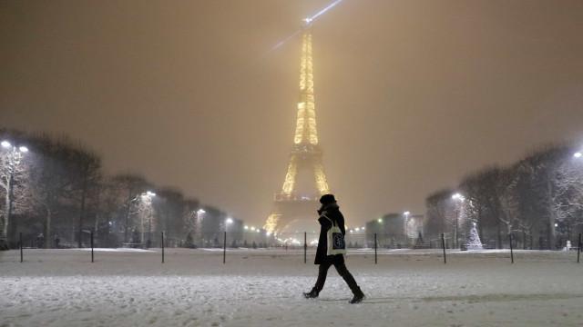 Neve continua a fazer-se sentir em França. Torre Eiffel fechada