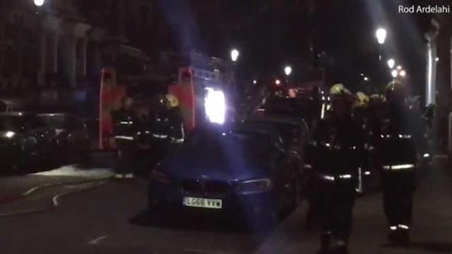 Incêndio em bairro de luxo de Londres causa um morto