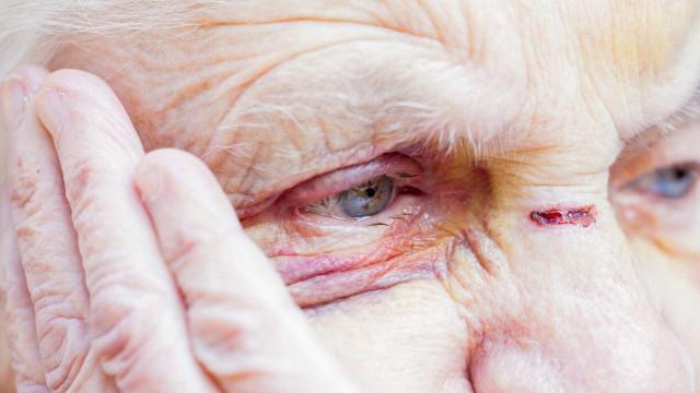 Alcoólico apanhado em flagrante a bater na mãe de 82 anos