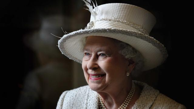 Há uma coisa em que a rainha Isabel II pensa sempre ao passar uma porta