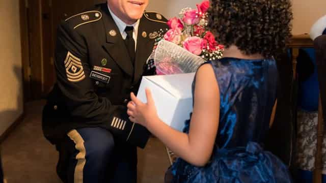 Militar leva a baile menina de 5 anos que perdeu o pai em serviço