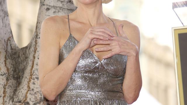 Pela defesa da vida animal, atriz Gillian Anderson posa sem roupa