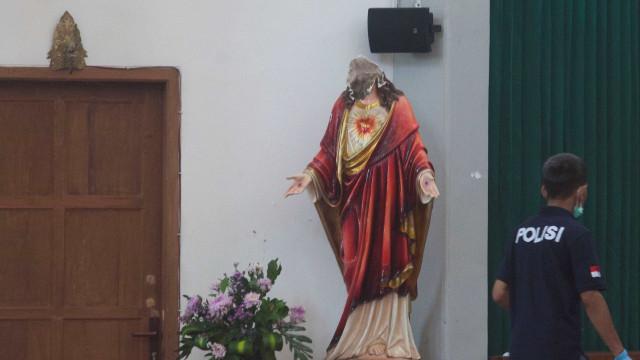 Homem munido de espada ataca fiéis em igreja durante missa