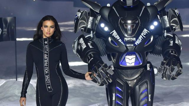 Irina Shayk desfila ao pé de robot gigante (enquanto 'canta' Sinatra)