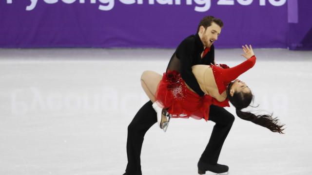 Maiô abre-se, patinadora olímpica continua exibição e torna-se sensação