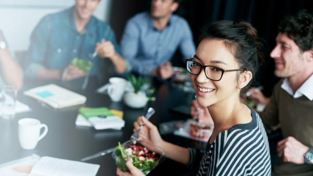 Comer mais devagar pode reduzir a obesidade até um terço