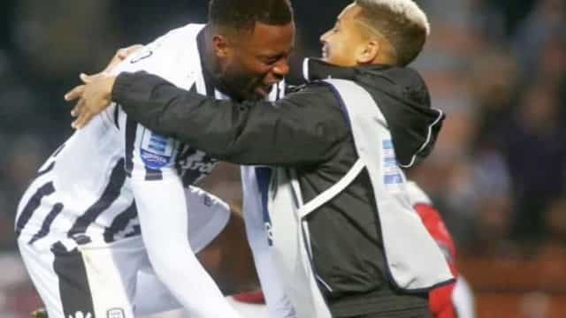 Defesa do PAOK marca, festeja e chora junto do filho que sofreu bullying