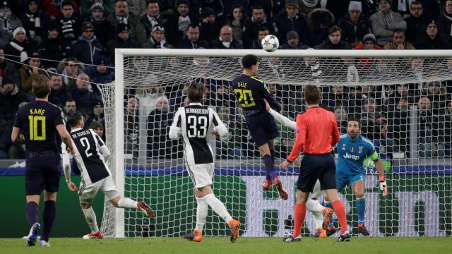 'Ajuda' de Buffon e golo de Eriksen adiam decisão para Londres