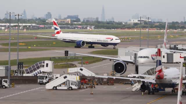 Acidente entre duas viaturas causa caos no Aeroporto de Heathrow