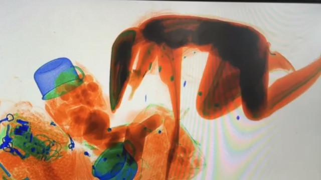 Com medo que lhe roubassem a bolsa, chinesa entrou numa máquina de raio-x