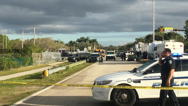 Flórida: Agente da polícia de serviço demite-se. Nunca entrou na escola