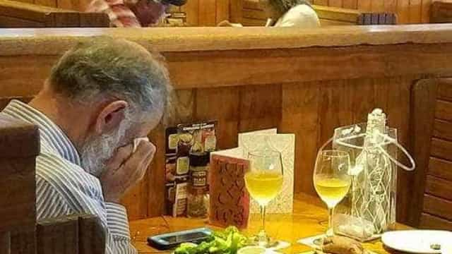 Homem chora ao almoçar no Dia de S. Valentim com as cinzas da mulher