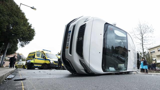 Carrinha escolar com seis crianças capotou no Porto. Há feridos
