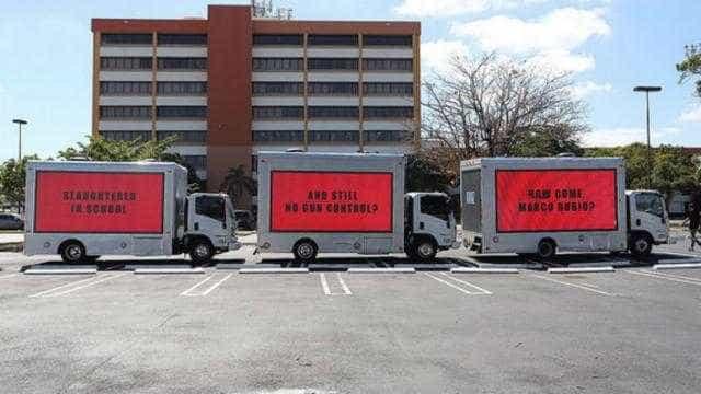 Três cartazes à beira da estrada para 'atormentar' senador da Florida