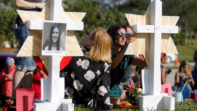 Jovens do liceu dos EUA onde ocorreu tiroteio anunciam marcha nacional