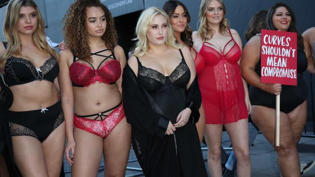 Modelos plus size protestam na semana da moda de Londres