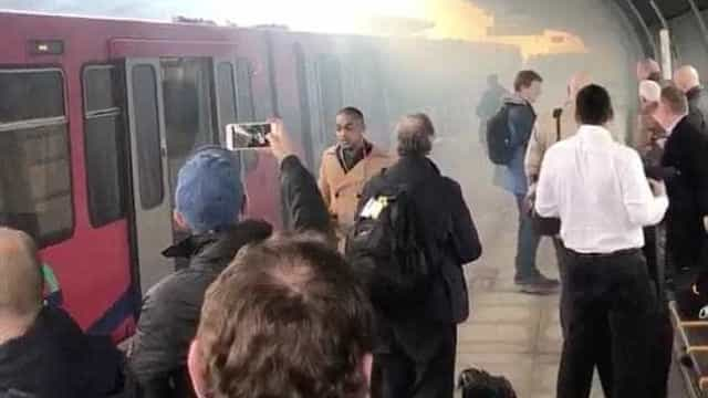 Estação de comboios evacuada depois de falha elétrica causar explosão