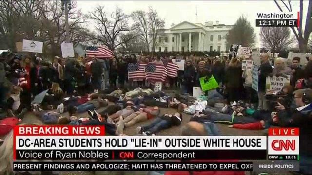 """Estudantes no chão 'aos pés' da Casa Branca. """"Sou o próximo?"""", questionam"""