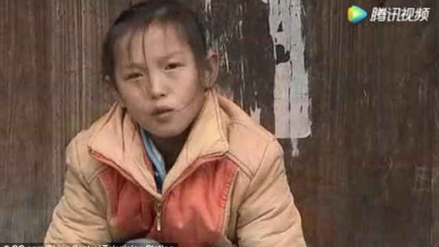 China: Menina de 13 anos recebe prémio por tomar conta da família