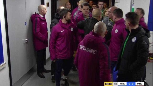 Guardiola e Paul Cook em acesa discussão no túnel