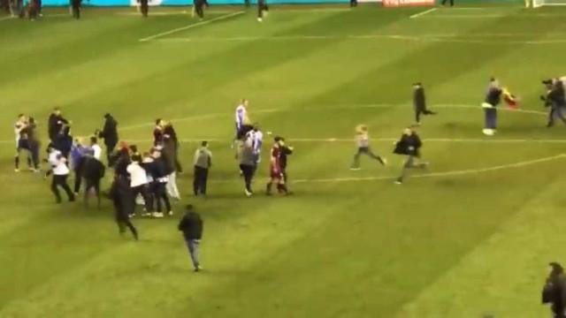 Kun Aguero perde a cabeça com adepto do Wigan