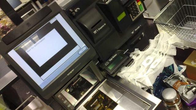 Alemão multado em milhares por enganar caixa self-service do supermercado