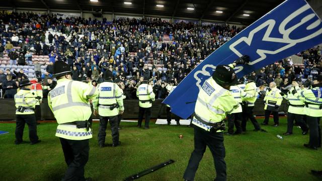 Invasão de campo e painéis pelo ar: O louco final do Wigan-City