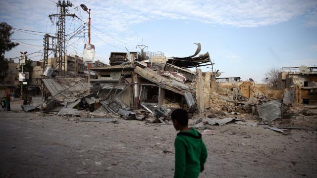"""Defesa anti-aérea síria dispara contra """"alvos hostis"""" perto de Damasco"""