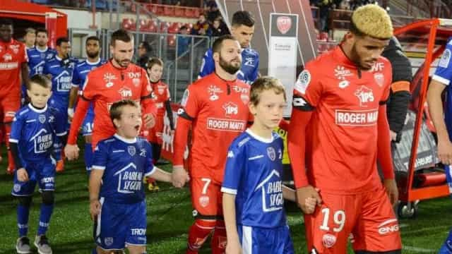 Troyes e Dijon empatam sem golos em jogo em atraso