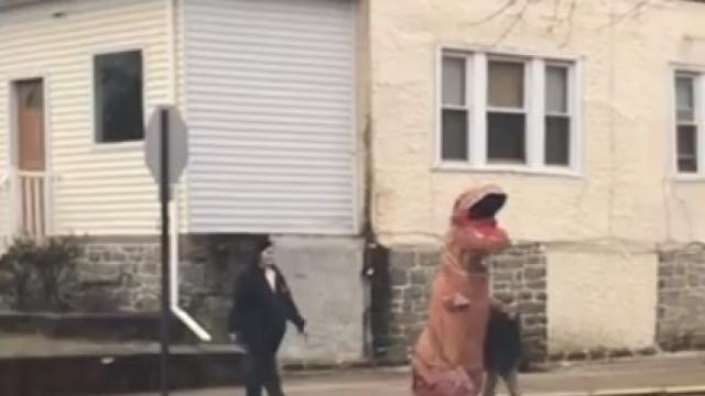 Dinossauro à solta? Era apenas um pai a levar o filho à escola