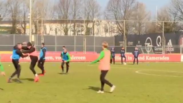Feyenoord: Van Beek e Berghuis protagonizam cena de pancadaria no treino