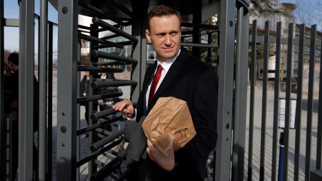Opositor russo Alexei Navalny detido um mês antes das presidenciais