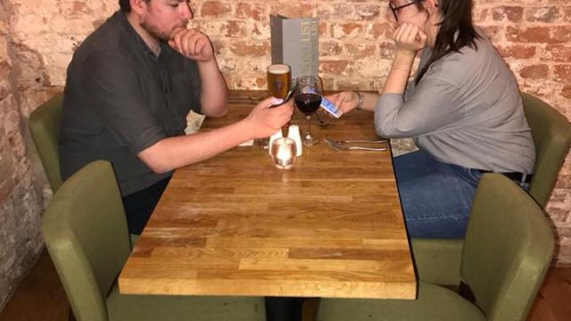 Neste pub há desconto no fim, se clientes cumprirem uma regra simples