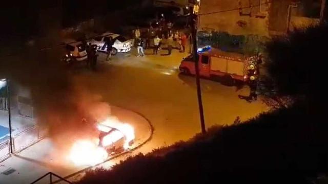 Carro em chamas junto a parque infantil em Lisboa